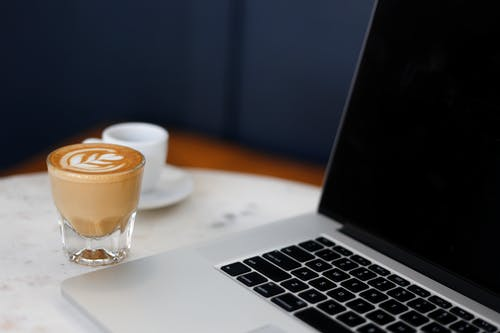 Gratis stockfoto met apparaat, apple laptop, binnen, binnenshuis