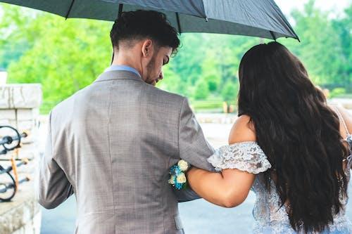 Fotobanka sbezplatnými fotkami na tému byť spolu, dážď, dáždnik, dvojica