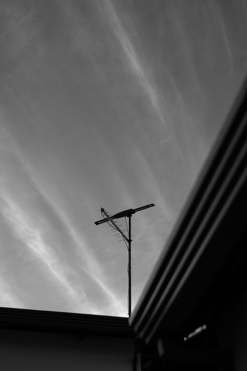 Ingyenes stockfotó alacsony szögű fényképezés, ég, fekete-fehér, felhők témában