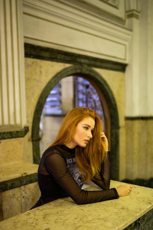 Fotos de stock gratuitas de adentro, apoyado, cabello pelirrojo, cabello rojo
