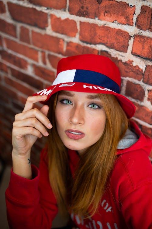 Photos gratuites de beaux yeux, belle femme, chapeau de seau, cheveux roux