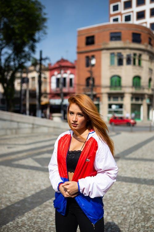 Základová fotografie zdarma na téma bunda, denní světlo, dívání, dlažba
