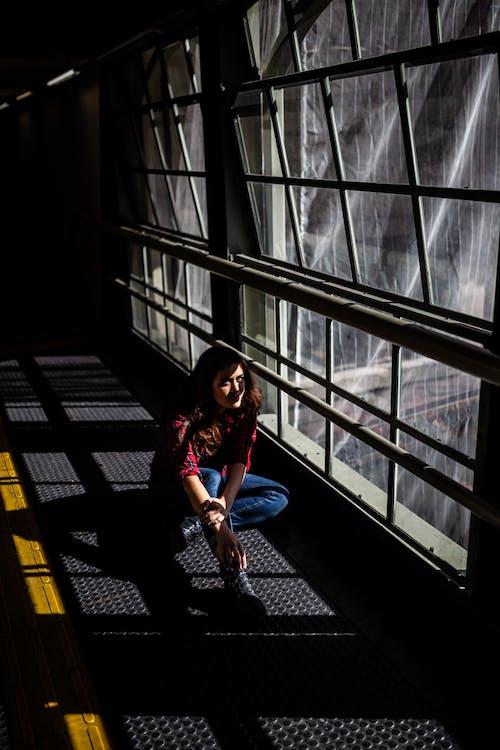 Foto stok gratis bergaya, cahaya dan bayangan, dalam ruangan, duduk