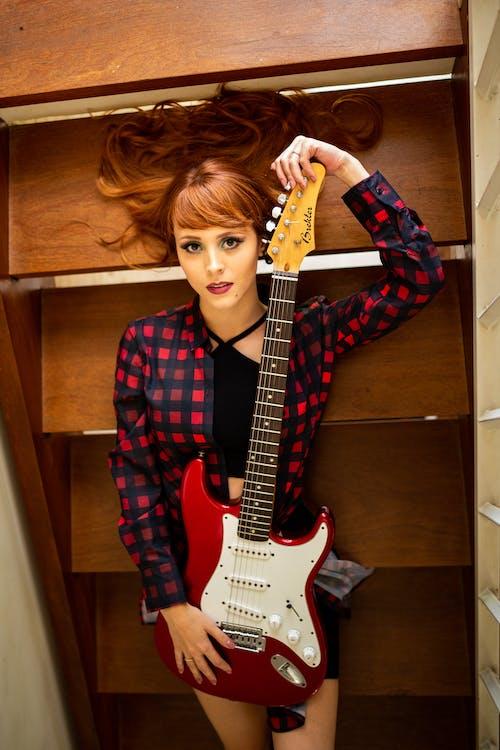 インドア, うそ, エレキギター, きれいな女性の無料の写真素材