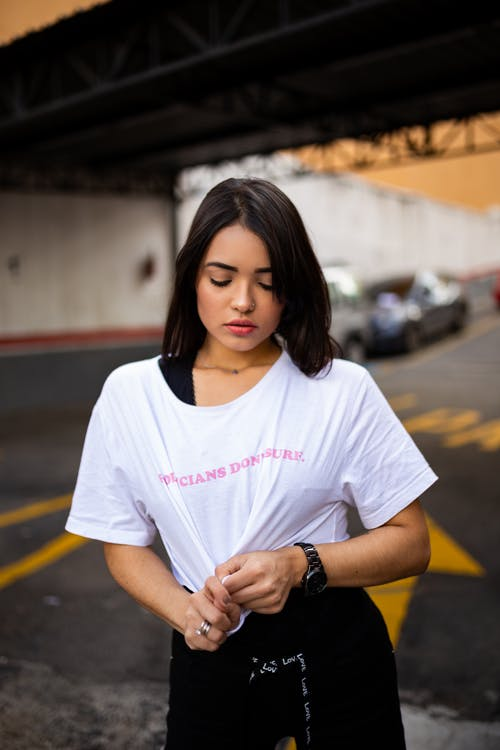 Immagine gratuita di acconciatura, camicia bianca, capelli scuri, concentrarsi