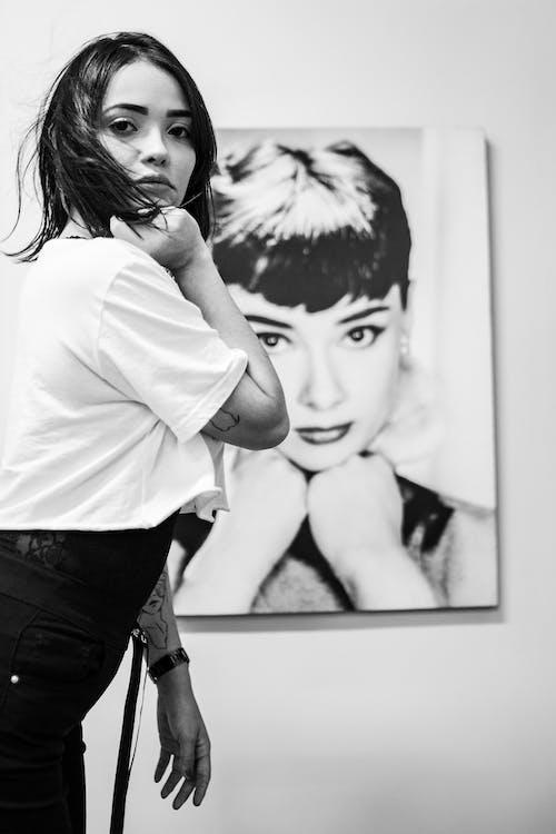 Foto d'estoc gratuïta de blanc i negre, buscant, cabell, cara