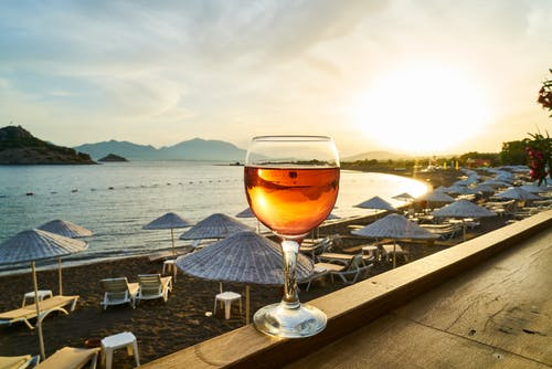 Ilmainen kuvapankkikuva tunnisteilla aallot, alkoholi, alkoholijuoma, auringonlasku