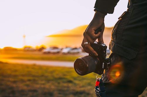 Darmowe zdjęcie z galerii z aparat, aparat cyfrowy, czarnoskóry, mężczyzna