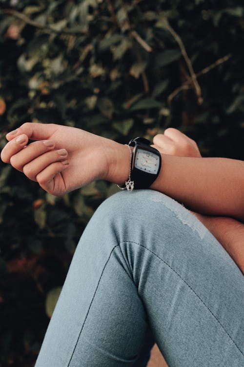 Gratis arkivbilde med Analog klokke, arm, armbåndsur, dongeribukser
