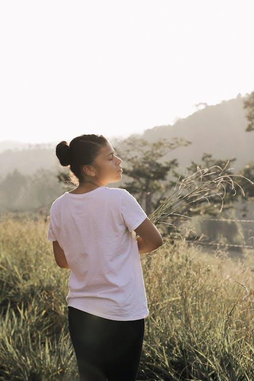 Imagine de stoc gratuită din agrement, cămașă albă, câmp, cu ochii inchisi