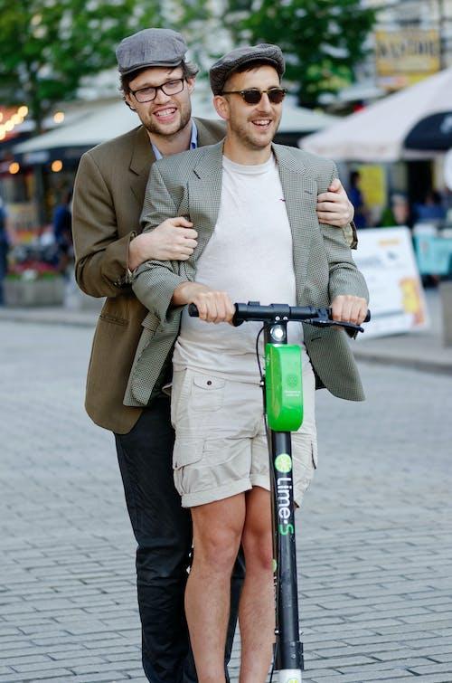 Imagine de stoc gratuită din adult, bărbați, capace, doi bărbați veseli pe un scuter