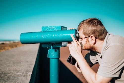 Foto d'estoc gratuïta de binocles que funcionen amb monedes, binoculars, home, persona