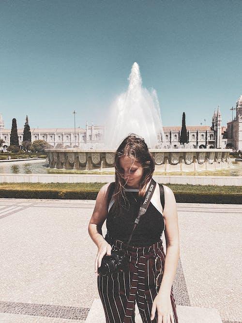 低頭看, 咖啡色頭髮的女人, 噴泉, 城市 的 免費圖庫相片
