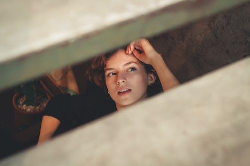 다른 곳을 바라보는, 셀렉티브 포커스, 아름다운 여성, 얼굴의 무료 스톡 사진
