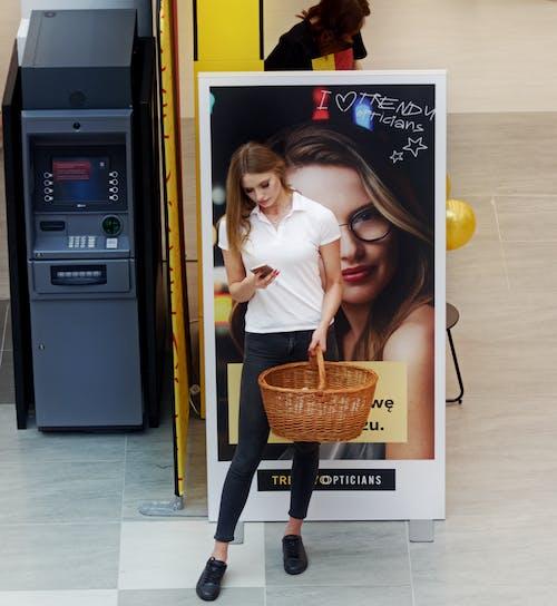 Kostenloses Stock Foto zu aufsicht, drinnen, einkaufszentrum, frau