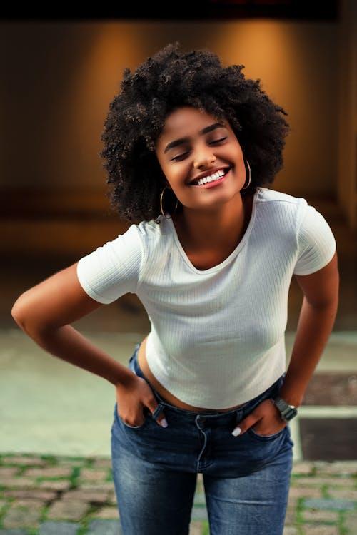 Základová fotografie zdarma na téma afro vlasy, afroameričanka, bílá košile, černoška