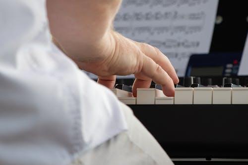Photos gratuites de doigts, piano