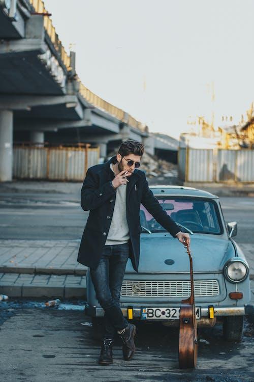 Fotobanka sbezplatnými fotkami na tému akustická gitara, auto, cigareta, exteriéry