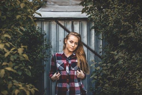 금발, 나뭇잎, 모델, 보고 있는의 무료 스톡 사진