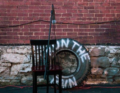 Gratis stockfoto met baksteen, komedie show, microfoon, microfoonstandaard