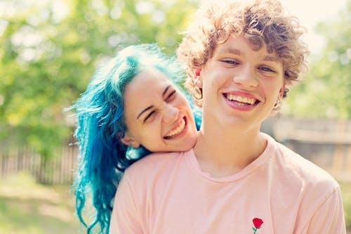 Kostnadsfri bild av ansiktsuttryck, blått hår, dagsljus, förälskad