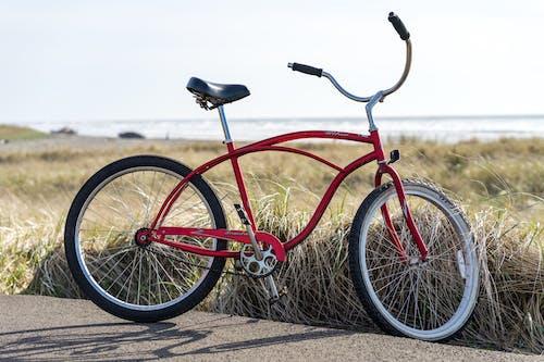Бесплатное стоковое фото с велосипед, дорога, красный, припаркованный