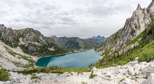 Бесплатное стоковое фото с валуны, вода, гора, деревья
