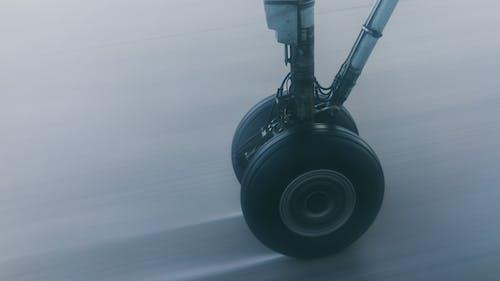 Бесплатное стоковое фото с Аэропорт, взлетная полоса, длинная экспозиция, колесо
