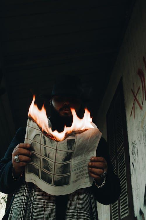 Бесплатное стоковое фото с афро-американец, бумага, газета, горение