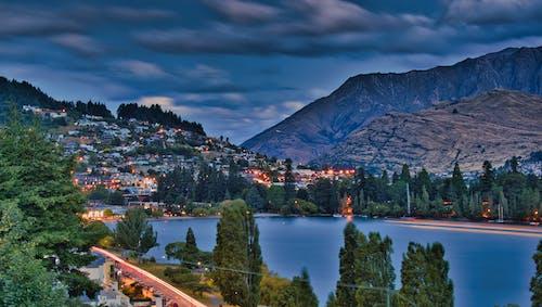 Ilmainen kuvapankkikuva tunnisteilla iltahämärä, järvi wakatipu, kaupungin valot, pilvet