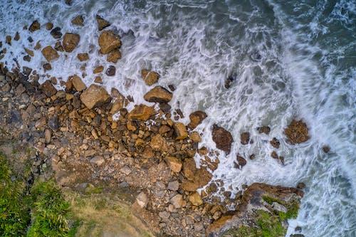 beyaz su, deniz kıyısı, hava fotoğrafçılığı, Kayalık sahil içeren Ücretsiz stok fotoğraf