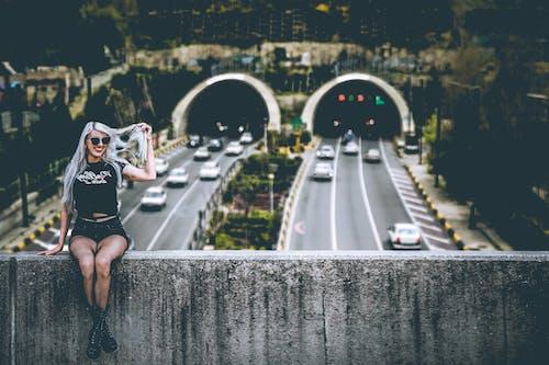 Δωρεάν στοκ φωτογραφιών με αυτοκίνητα, αυτοκινητόδρομος, γυναίκα, δράση