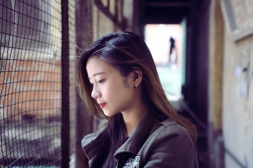 Foto De Retrato De Uma Mulher Vestindo Uma Jaqueta Cinza