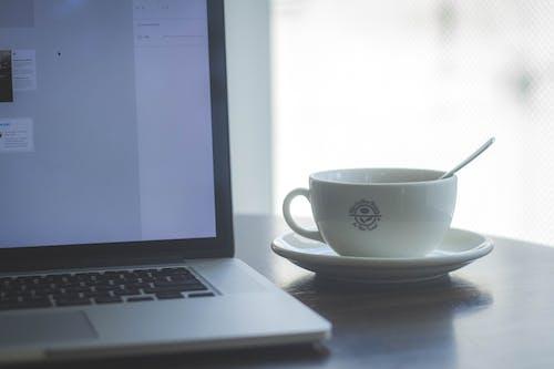 Gratis lagerfoto af kaffe, kaffebønne og teblad, MacBook pro, sol