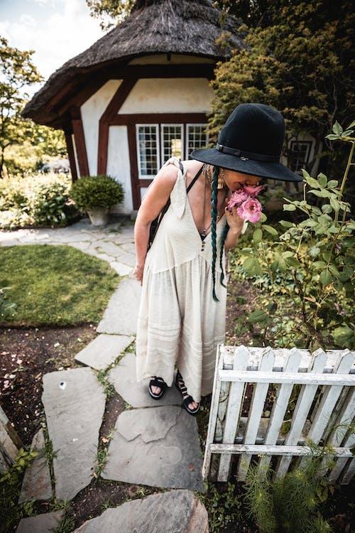 Photos gratuites de belvédère, chapeau noir, femme, fleur