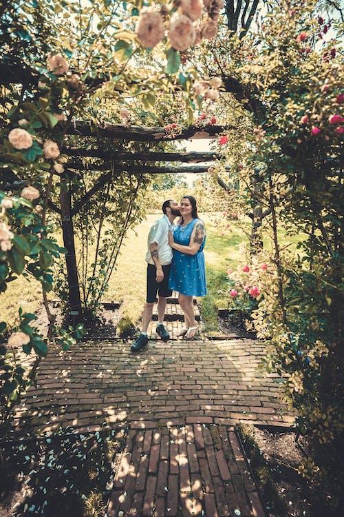 adam, Aşk, Bahçe, beraber içeren Ücretsiz stok fotoğraf