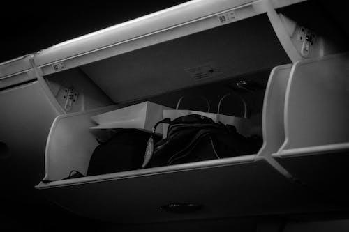 Fotos de stock gratuitas de aeronave, almacenamiento, avión, blanco y negro