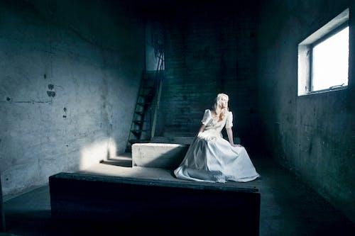 Бесплатное стоковое фото с белое платье, бетон, девочка, женщина