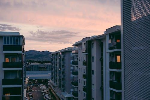 Základová fotografie zdarma na téma atmosférický večer, domy, dvůr, karmínový