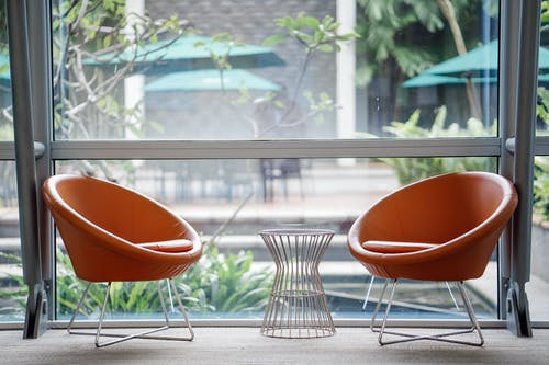 Gratis lagerfoto af møbler, moderne, pladser, stole