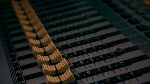 Fotobanka sbezplatnými fotkami na tému audio, nahrávanie zvuku, ovládanie zvuku, štúdio
