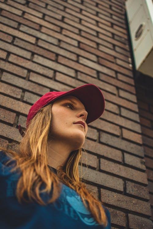 低角度拍攝, 低角度攝影, 女人, 帽子 的 免费素材照片