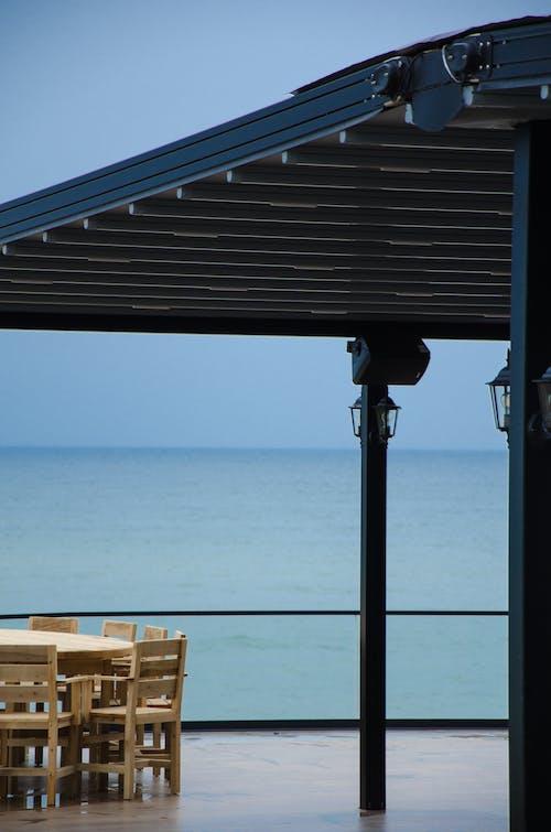 Kostnadsfri bild av arkitektur, möbel, trästolar, utanför