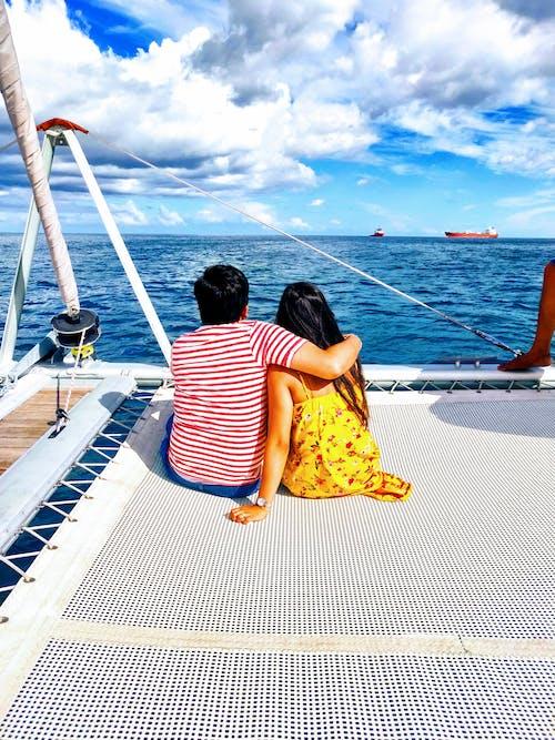 Foto d'estoc gratuïta de abraçada, amor, fons blau, l'un per l'altre