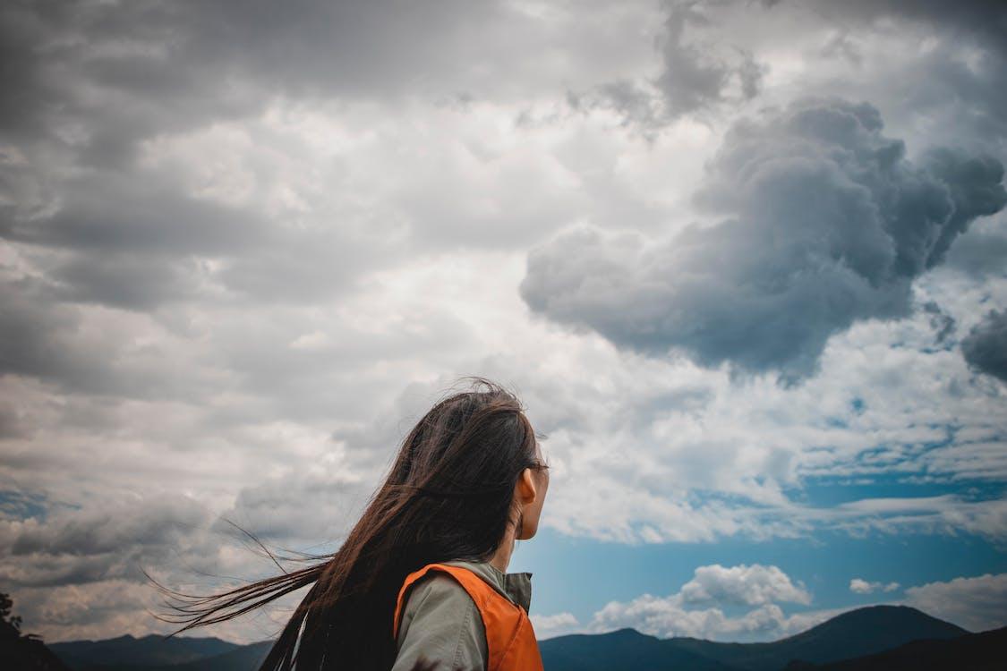 błękitne niebo, chmury, człowiek