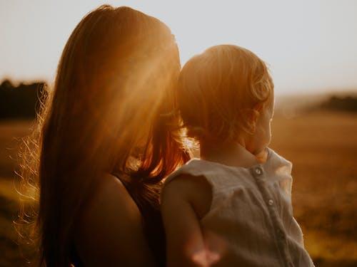 Gratis arkivbilde med bakbelysning, barn, gylden time, kvinne