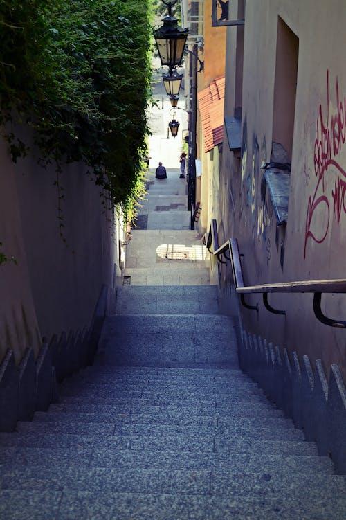 Безкоштовне стокове фото на тему «історичний, будівлі, внизу, Вулиця»