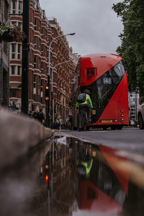 Безкоштовне стокове фото на тему «автобус, архітектура, будівлі, відображення»