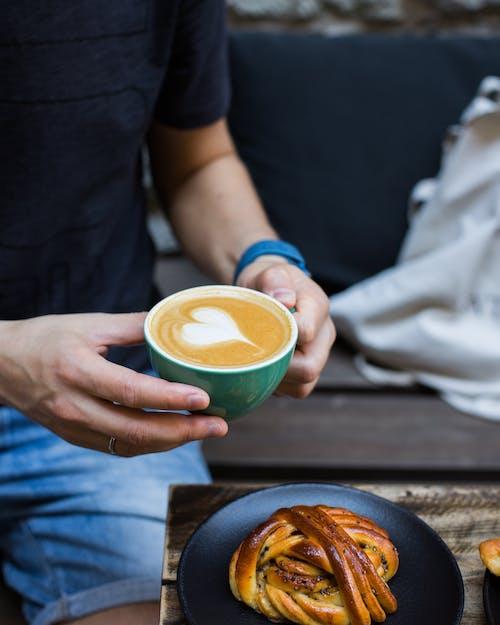 Yeşil Seramik Kupa Kahve Dolu Adam
