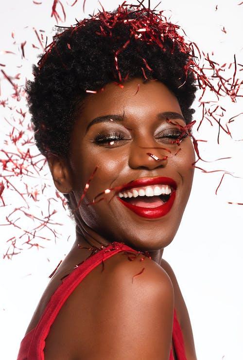Immagine gratuita di contento, coriandoli, donna, donna africana